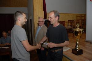 Vojta Zwardoň přebírá pod dohledem ředitele turnaje J.Folwarczného cenu za II.místo